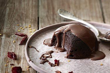 כיפת שוקולד חמה עם שוקולטה מקסיקנית של שף-קונדיטורית נעמה שטייר. צילום: אנטולי מיכאלו. סטיילינג: ענת לבל