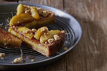 קראק פאי תפוחים עם קרמבל קינמון ואגוז מוסקט של שף-קונדיטורית נעמה שטייר. צילום: אנטולי מיכאלו. סטיילינג: ענת לבל