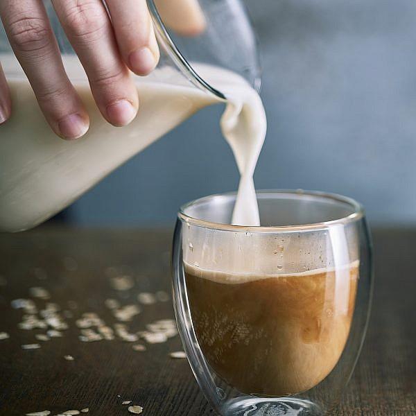 טרנד חלב שיבולת שועל. צילום: אנטולי מיכאלו. סטיילינג: ענת לבל