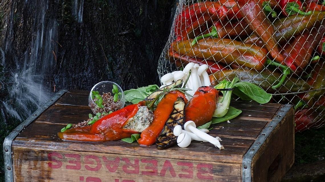 פלפל שושקה במילוי קינואה אדומה, פורטובלו וטופו של שף שי לוינשטיין. צילום יפית בשבקין. סטיילינג: גליה גולדשטיין