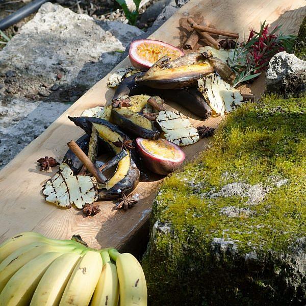 בננה אפויה בקליפתה עם ליקר תפוז ודבש של שף שי לוינשטיין. צילום יפית בשבקין. סטיילינג: גליה גולדשטיין