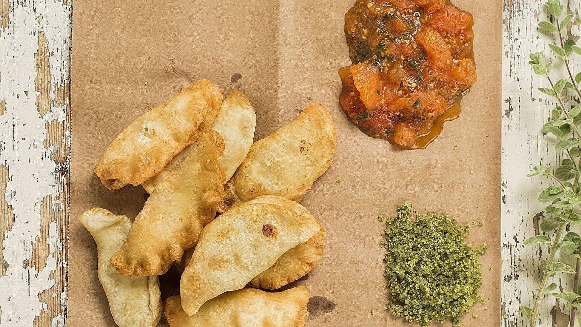 סמבוסק עיראקי במילוי גבינות מוגש עם סלט מרדומה של שף סהר רפאל. צילום: גל דרן. סטיילינג: יעל לאור