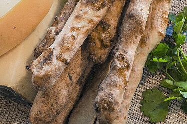 מקלות פרמזן גאודה עם כוסברה ושום של השף-קונדיטורים עופר בן נתן ועומר קוצ'מן. צילום: יהונתן גיסלר. סטיילינג: נועה שביט