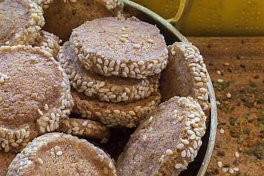 עוגיות פרמזן טוגראשי של השף-קונדיטורים עופר בן נתן ועומר קוצ'מן. צילום: יהונתן גיסלר. סטיילינג: נועה שביט