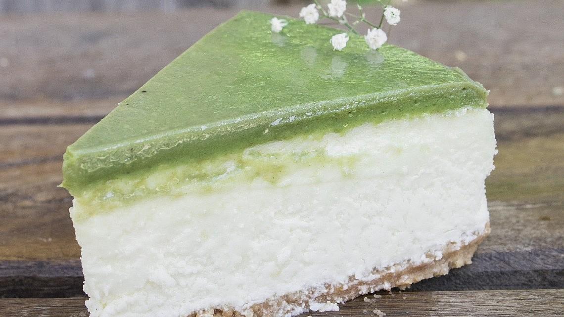 עוגת גבינה מאצ'ה של השף-קונדיטורים עופר בן נתן ועומר קוצ'מן. צילום: יהונתן גיסלר. סטיילינג: נועה שביט