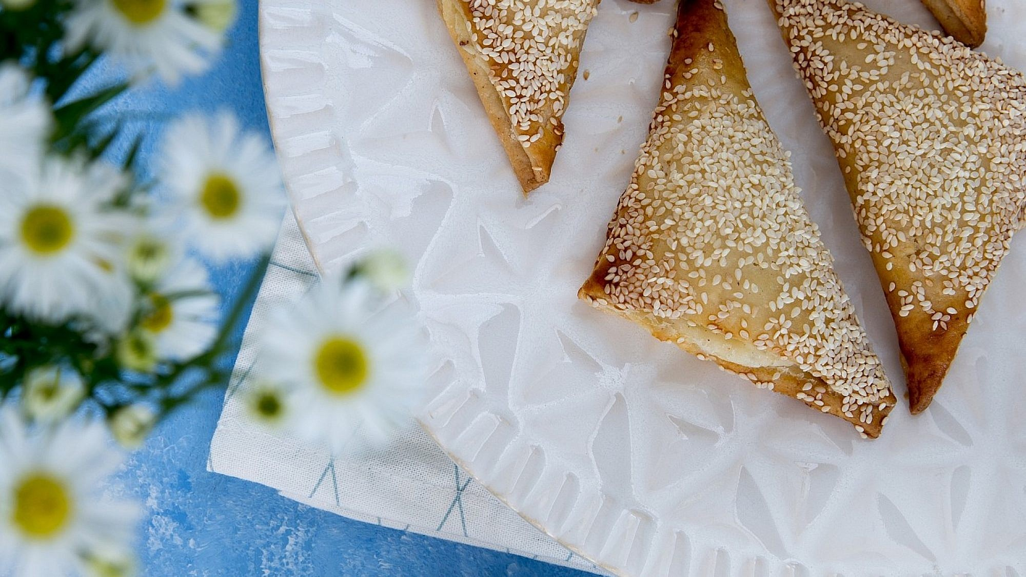 בורקס במילוי גבינה ופלפלים קלויים ללא גלוטן של שף־פטיסרי עופר גל. צילום וסטיילינג: טל סיון־צפורין