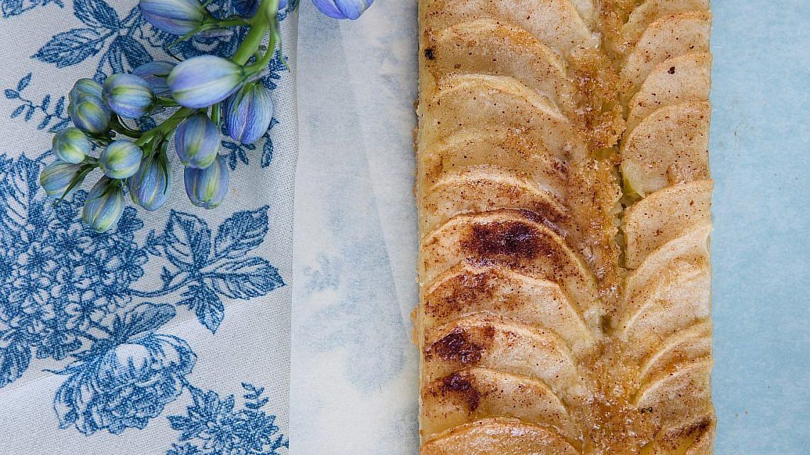 פאי תפוחי עץ צרפתי ללא גלוטן של שף־פטיסרי עופר גל. צילום וסטיילינג: טל סיון־צפורין