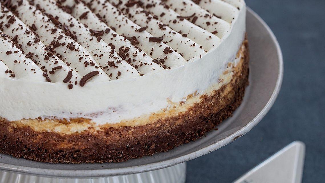 עוגת גבינת שמנת עם בסיס בראוניז של שף־פטיסרי עופר גל. צילום וסטיילינג: טל סיון־צפורין