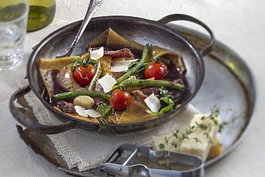 קרעי פסטה חלמונים ביין פורט עם סינטה וירקות של שף אילן חפץ. צילום: אנטולי מיכאלו. סטיילינג: נעה קנריק