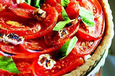 טארט עגבניות, גבינת עיזים ובצל מקורמל של הילה יבניאלי־בוכריס. צילום: מנחם גרייבסקי. סטיילינג: בתשי כוחיי