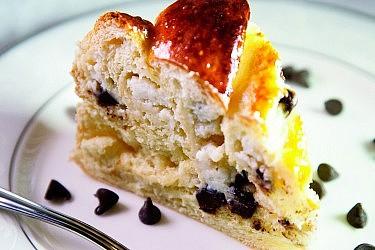 בריוש שמרים מתוק במילוי גבינת ריקוטה ושוקולד צ'יפס של הילה יבניאלי־בוכריס. צילום: מנחם גרייבסקי. סטיילינג: בתשי כוחיי