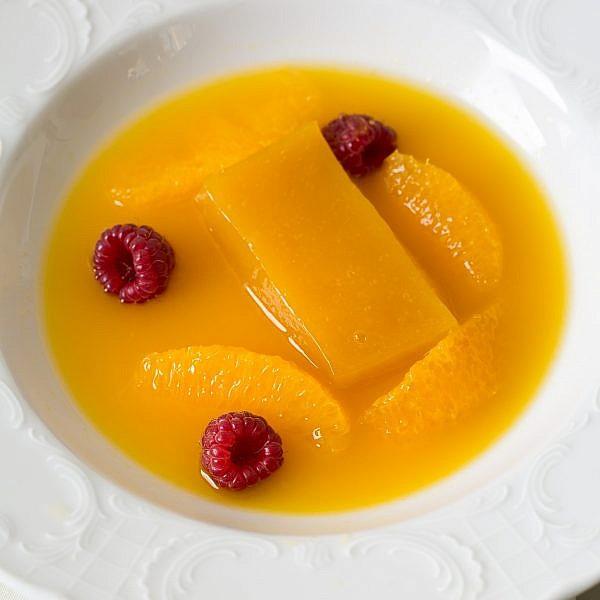 מרק פירות עם פודינג קוזו תפוזים של אורנה ואלה. צילום: בועז לביא
