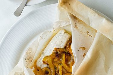 דג מאודה ביין עם פלפלים וזיתים של אורנה ואלה. צילום: בועז לביא