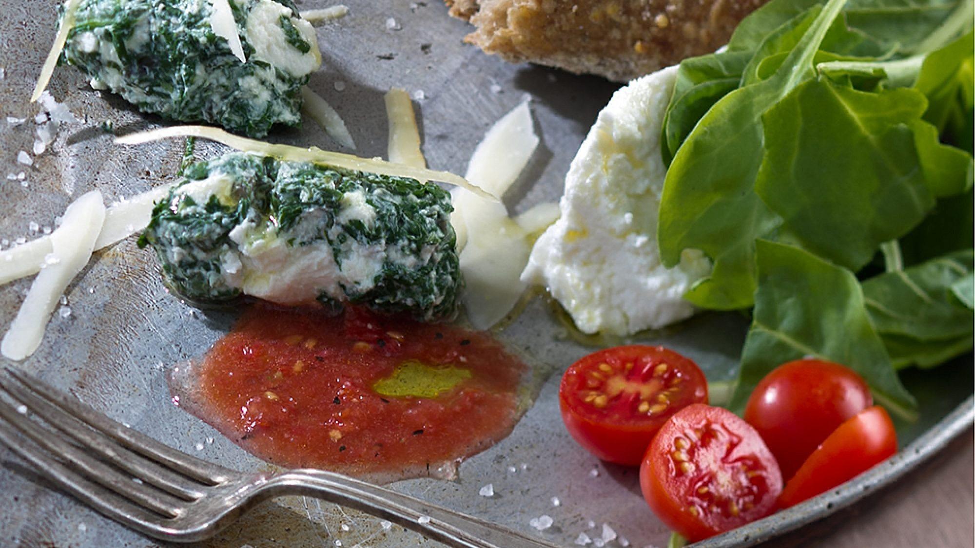 מלפטי - לביבות תרד וריקוטה בליווי סלסת עגבניות של שף אילן חפץ. צילום: אנטולי מיכאלו. סטיילינג: נעה קנריק