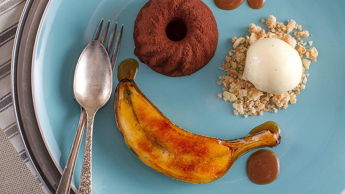 מרקיז שוקולד עם שטרויזל אגוזי לוז ובננה ברולה של שף אילן חפץ. צילום: אנטולי מיכאלו. סטיילינג: נעה קנריק