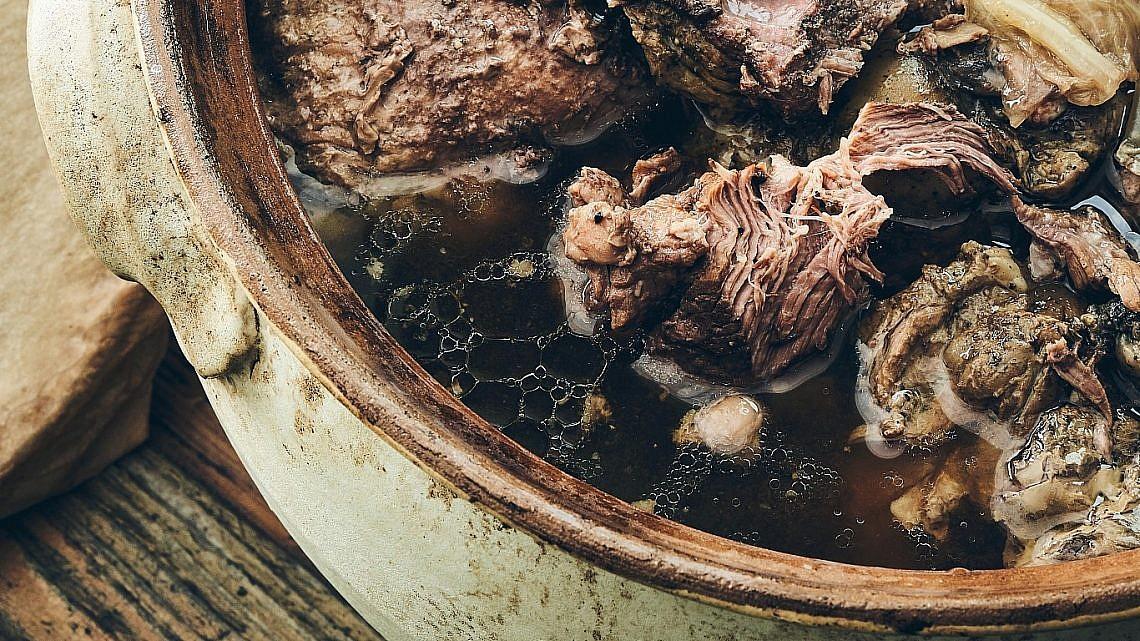 קדרת נתח אגוז וכרוב בבירה של שף יזהר סהר. צילום: אמיר מנחם. סטיילינג: דיאנה לינדר
