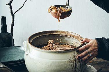 קדרת פאלדה עם פריקה ותפוזים סיניים מותססים של שף יזהר סהר. צילום: אמיר מנחם. סטיילינג: דיאנה לינדר