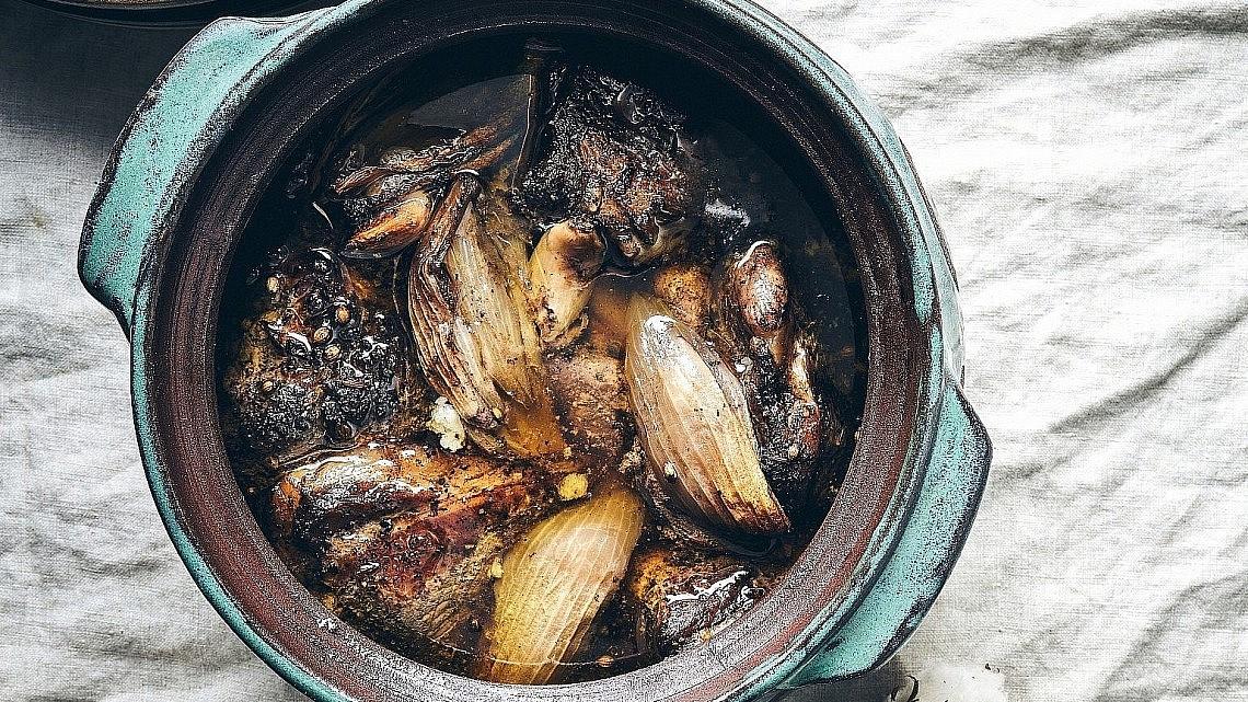 סיכבאג' כתף טלה של שף יזהר סהר. צילום: אמיר מנחם. סטיילינג: דיאנה לינדר