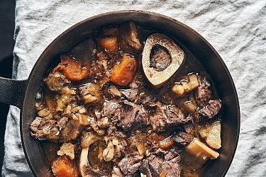 קדרת אוסובוקו ושורשים ביין אדום של שף יזהר סהר. צילום: אמיר מנחם. סטיילינג: דיאנה לינדר