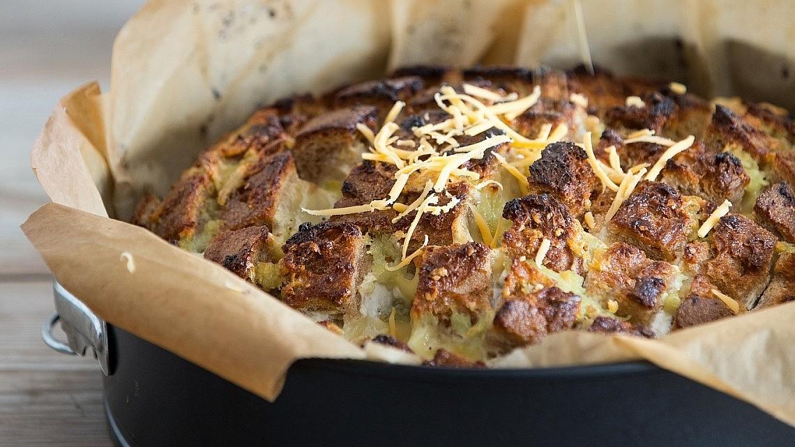 """""""לחם הפתעה"""" ממולא צ'דר, שום ועשבי תיבול של פאולין שובל. צילום: איתן וכסמן"""
