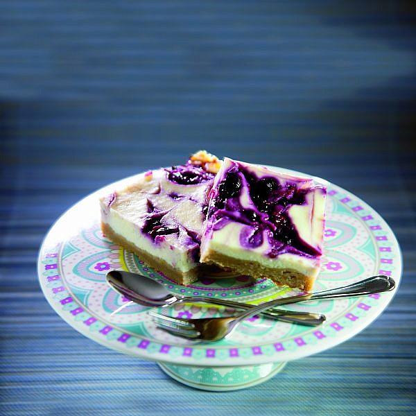 מרובעי עוגת גבינה לימונית עם מחית פירות יער של הילה יבניאלי־בוכריס. צילום: מנחם גרייבסקי. סטיילינג: בתשי כוחיי
