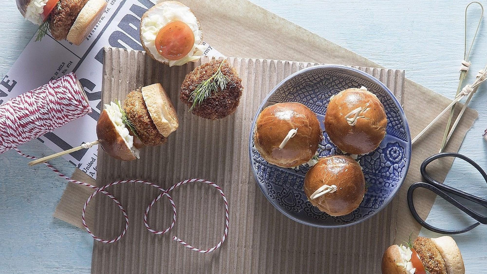 מיני בורגר בריוש, קבב עדשים וגבינות של השף ארז תורג'מן. צילום: דניאל לילה. סטיילינג: נעה קנריק
