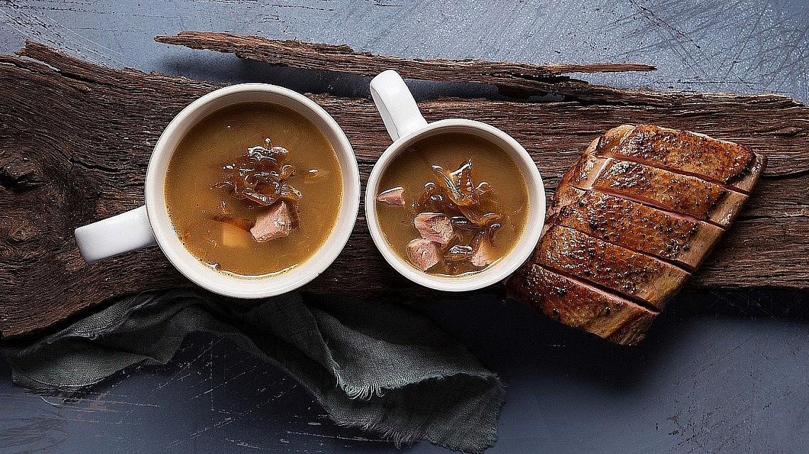 מרק בצל צרפתי עם קוניאק וחזה אווז מעושן של שף עידו פיינר. צילום: שרית גופן. סטיילינג: חמוטל יעקובוביץ