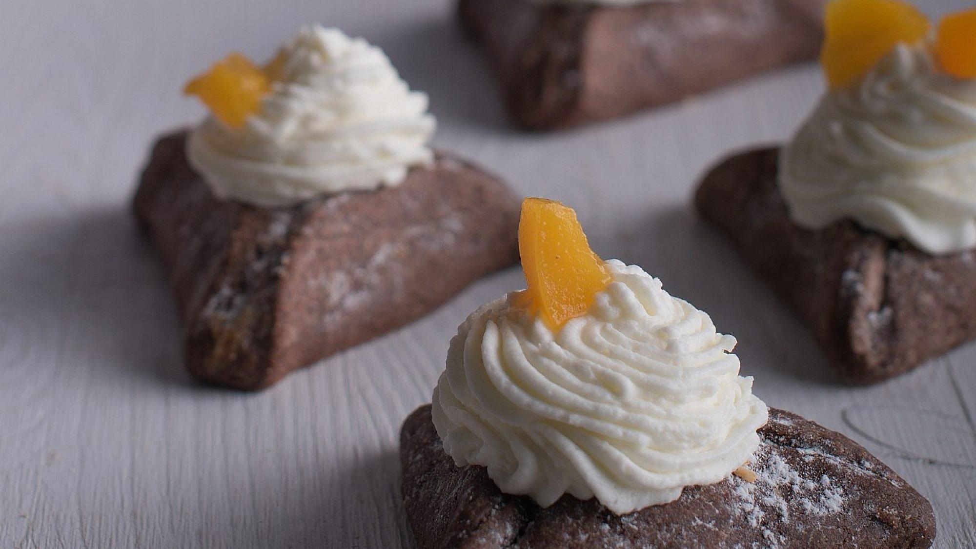 מילוי קציפת שוקולד לבן של שף יניב עדן. צילום: נמרוד סונדרס