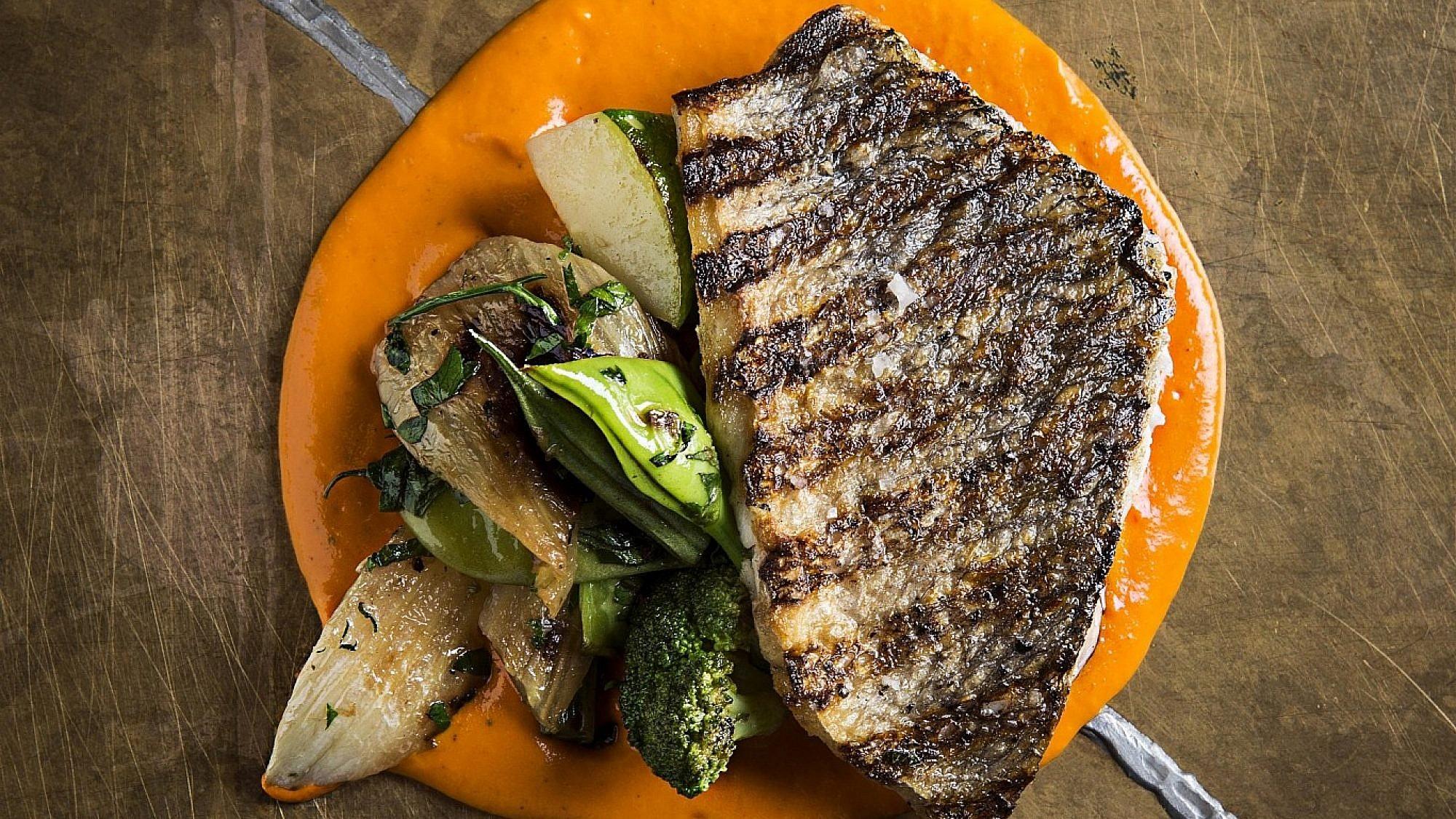 פילה דניס על ירקות ירוקים ורוטב רומסקו של שף אבי כהן. צילום: בן יוסטר