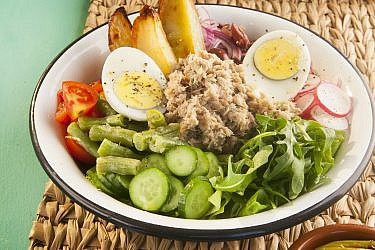 סלט טונה, ירק וביצים של Loveat. צילום וסטיילינג: שי נייבורג