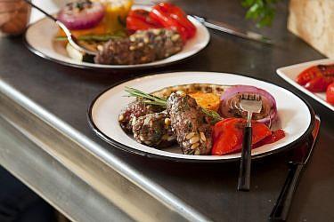 קבב עגל עם צנוברים וירקות גריל של שף אמיר מרקוביץ'. צילום: דניאל לילה. סטיילינג: קרן ברק