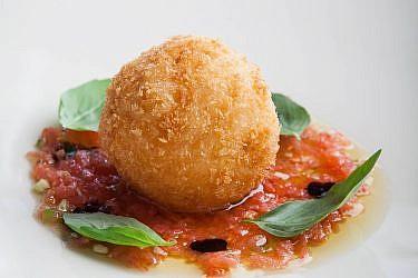 """ארנצ'יני של פרמזן וחציל קלוי עם סלסת עגבניות של שף חביב משה. צילום: יח""""צ"""