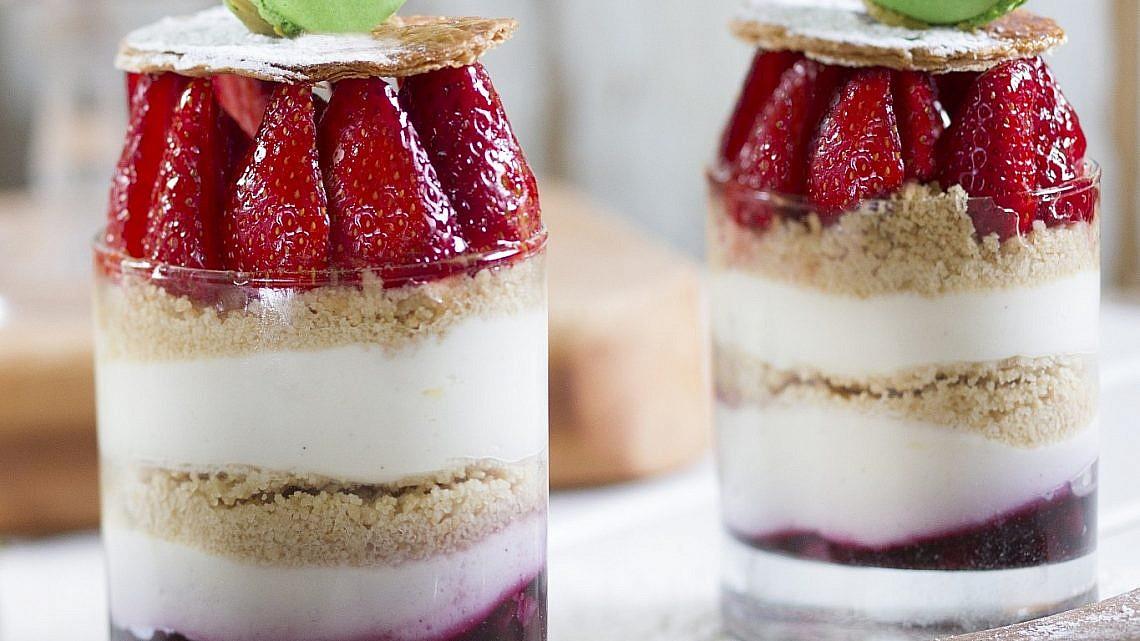 עוגת פירורים עם קרם מסקרפונה פירות יער ותותים של שף־קונדיטורית מיכל מילרד. צילום: אנטולי מיכאלו. סטיילינג: ליבת רות