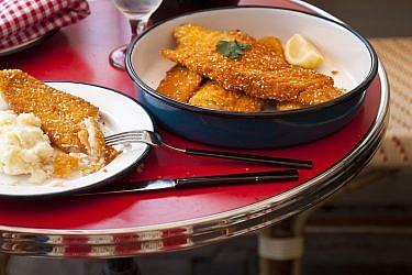 שניצל דג עם פירה תפוחי אדמה של שף אמיר מרקוביץ'. צילום: דניאל לילה. סטיילינג: קרן ברק