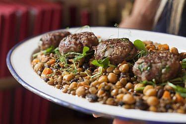 קציצות בקר עם תבשיל קטניות של שף אמיר מרקוביץ'. צילום: דניאל לילה. סטיילינג: קרן ברק