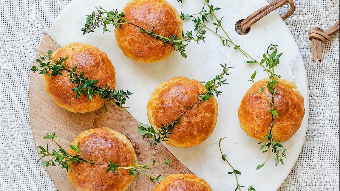 לחמניות גבינה של שף-קונדיטורית הילה בידרמן. צילום: שרית גופן. סטיילינג: ענת לבל