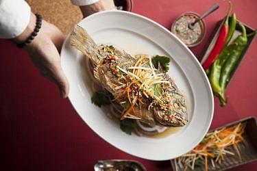 """דניס שלם מטוגן ברוטב """"נאם פלה"""" של מסעדת גוצ'ה. צילום: אפיק גבאי"""