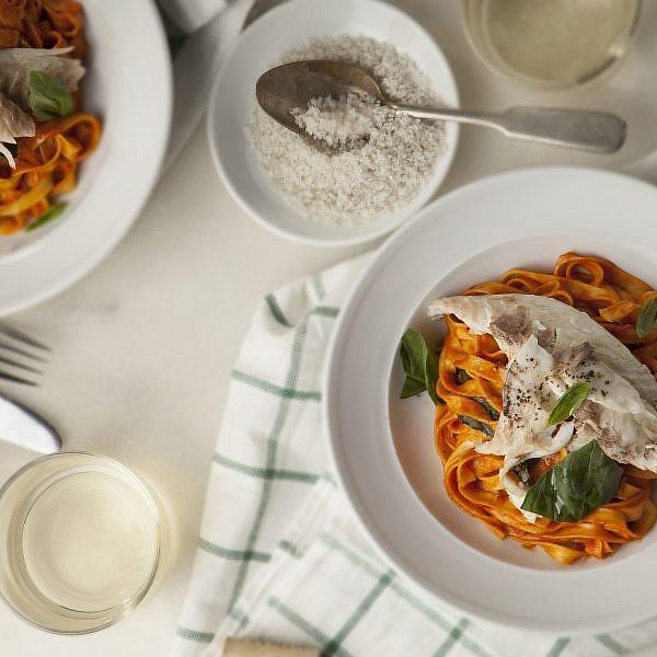 דניס אפוי במלח עם טליאטלה ברוטב עגבניות ובזיליקום של מסעדת גוצ'ה. צילום: אפיק גבאי