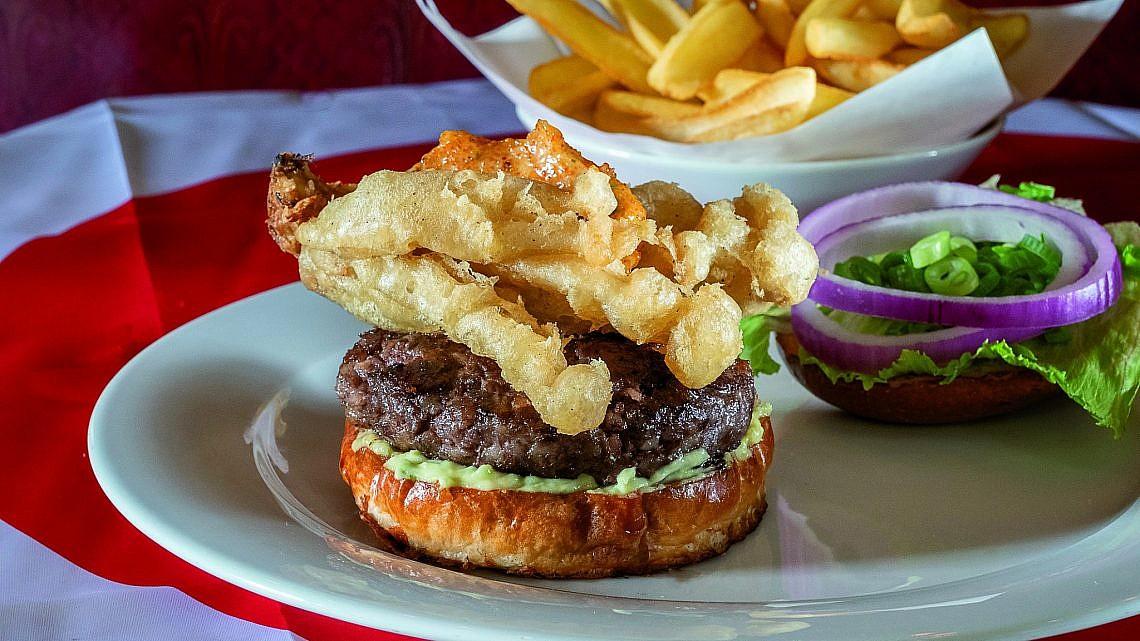 המבורגר וצ'יפס באגאדיר. צילום: אנטולי מיכאלו
