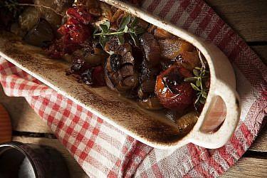 עגבניות שרי אפויות עם בצל ושום של לילית רומם. צילום: אפיק גבאי