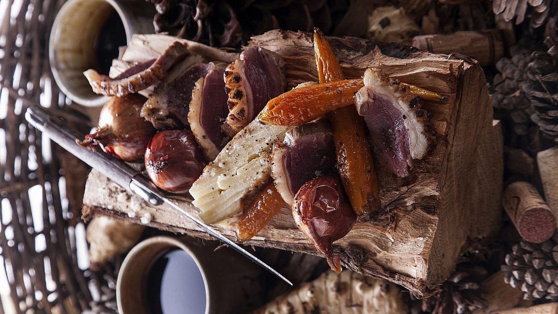 סינטה טלה על ירקות שורש וגראטן ארטישוק ירושלמי של שפית לירז שדה. צילום: אפיק גבאי