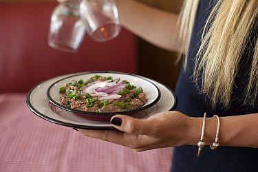 כבד קצוץ עם בצל מקורמל של שף אמיר מרקוביץ'. צילום: דניאל לילה. סטיילינג: קרן ברק