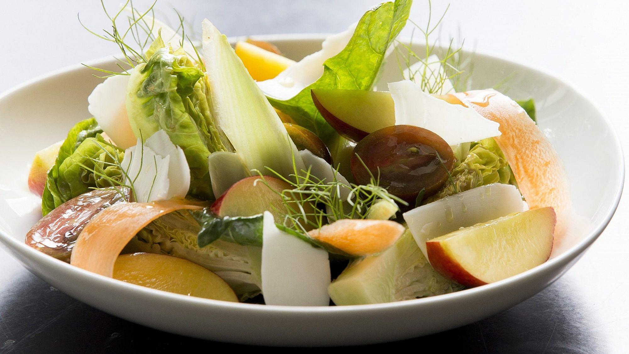 סלט ירוקים ונקטרינות של שף גיא גמזו. צילום: רמי זרנגר