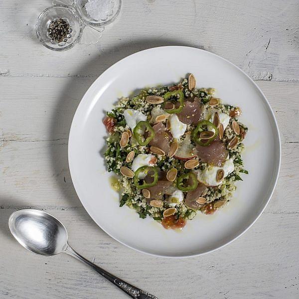דג נא עם סלט בורגול על יוגורט לימוני של מיכל אפשטיין. צילום: רמי זרנגר. סטיילינג: לי גורמן