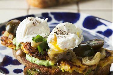 סביח עם איולי פטרוזיליה ורושטי תפוחי אדמה של שף מורן לידור. צילום: אפיק גבאי. סטיילינג: קרן ברק