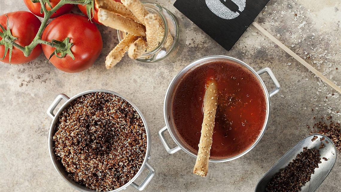 גספצ'ו עגבניות קר עם קינואה אדומה וגריסיני של שף מורן לידור. צילום: אפיק גבאי. סטיילינג: מורן לידור