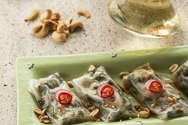 """""""קישקע"""" דפי אורז במילוי דגים של יואב שוורד. צילום: אפיק גבאי"""