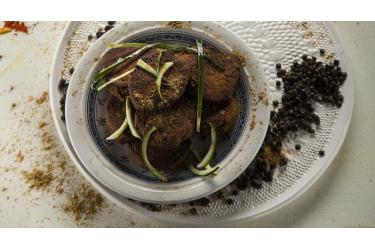 לביבות עדשים, כרובית וכוסמת ברוטב טחינה־גזר של יואב שוורד. צילום: אפיק גבאי