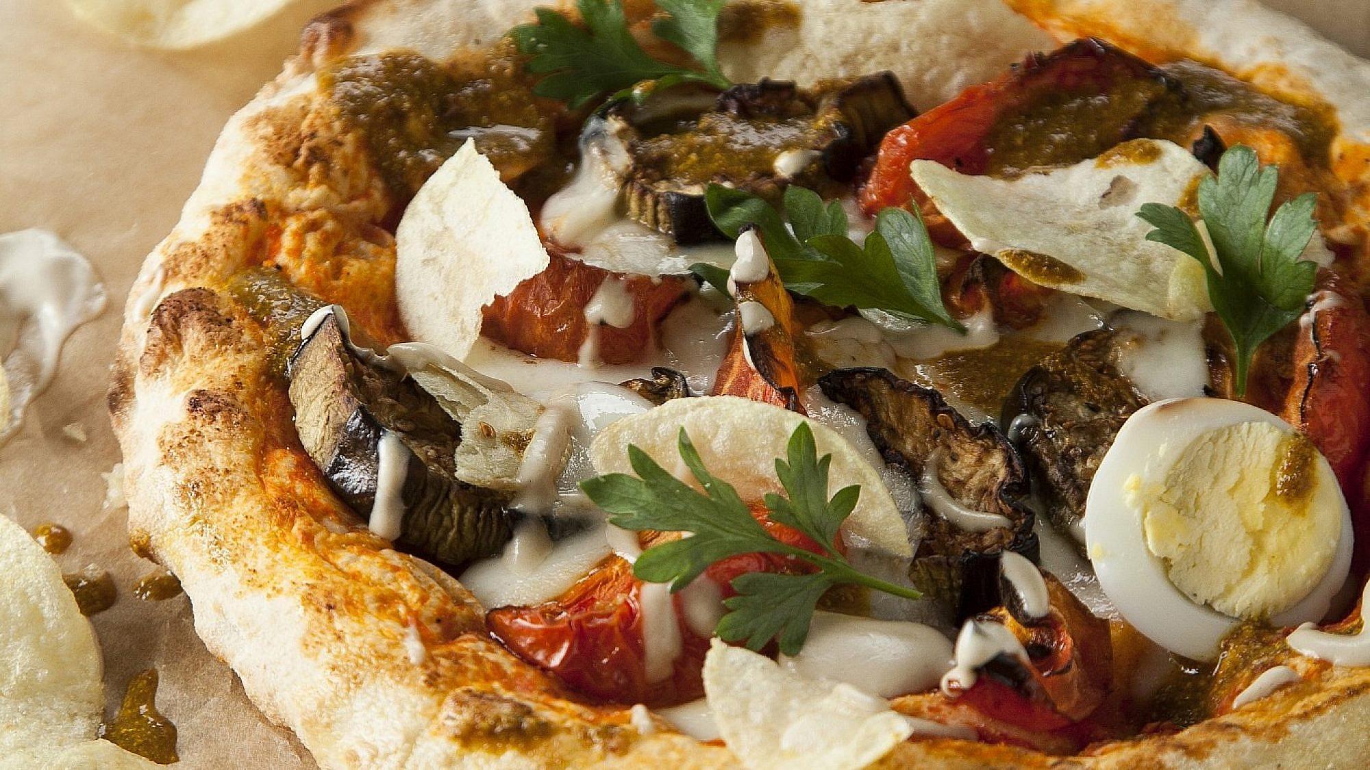 פיצה סביח של שף מורן לידור. צילום: אפיק גבאי. סטיילינג: קרן ברק