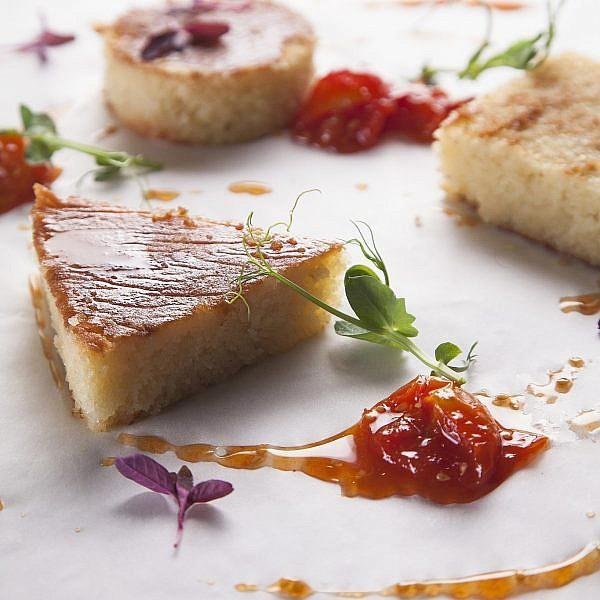עוגת סולת מלאה במי סוכר עם ריבת שרי מתובלת בתבליני תה של עגבניות של שף מורן לידור. צילום: אפיק גבאי. סטיילינג: מורן לידור